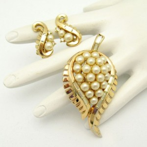 CROWN TRIFARI Pat Pend 1954 Mid Century Vintage Brooch Pin Earrings Faux Pearl Leaves