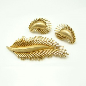 CROWN TRIFARI Vintage Brooch Pin Earrings Mid Century Feather Leaf Matte Set Gold Plated
