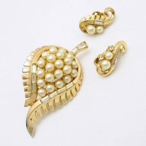 CROWN TRIFARI Pat Pend 1954 Mid Century Vintage Brooch Pin Earrings Faux Pearl Leaves